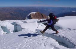 Pedro Hauck pulando greta durante aproximação ao Ancohuma Bolívia Foto de Maximo Kausch