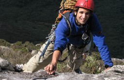 Pedro escalando rocha no interior de SP